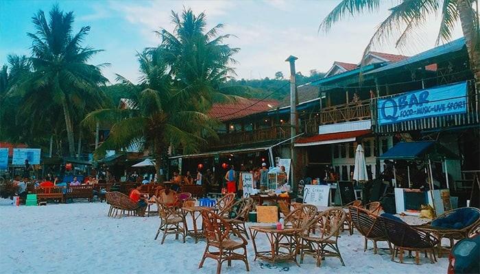 Khi chiều tà, hãy tìm đến những quán bar và nhà hàng ven biển thưởng thức ly cocktail ngắm hoàng hôn nhé.
