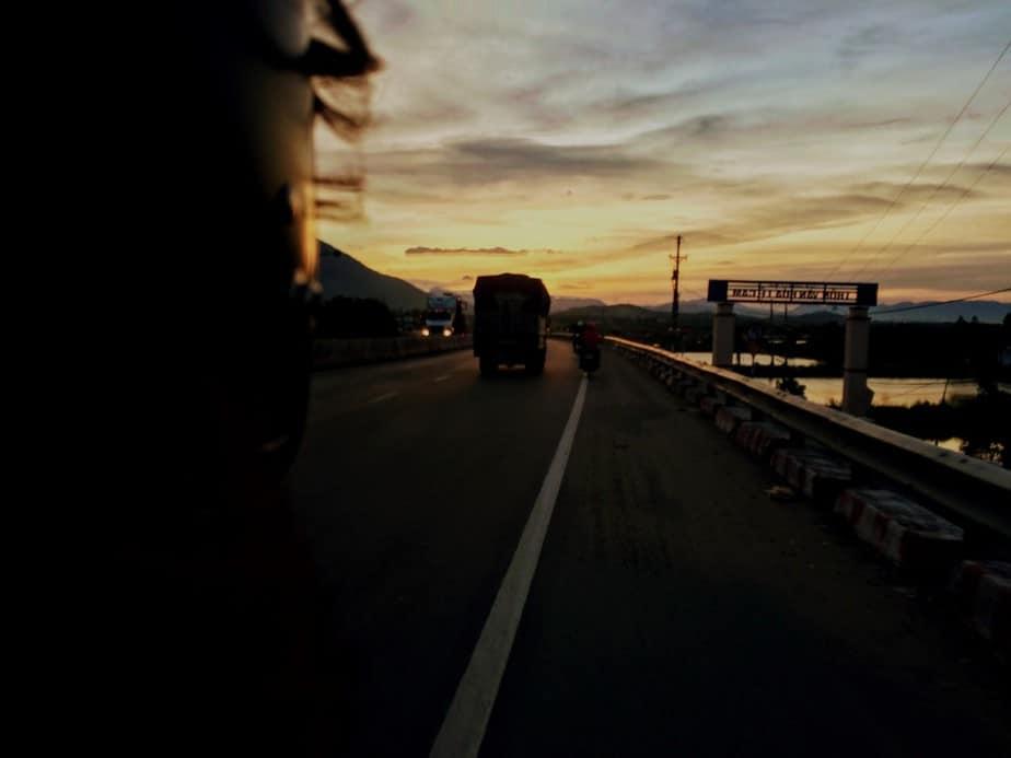 hoàng hôn buông trên quốc lộ 1A