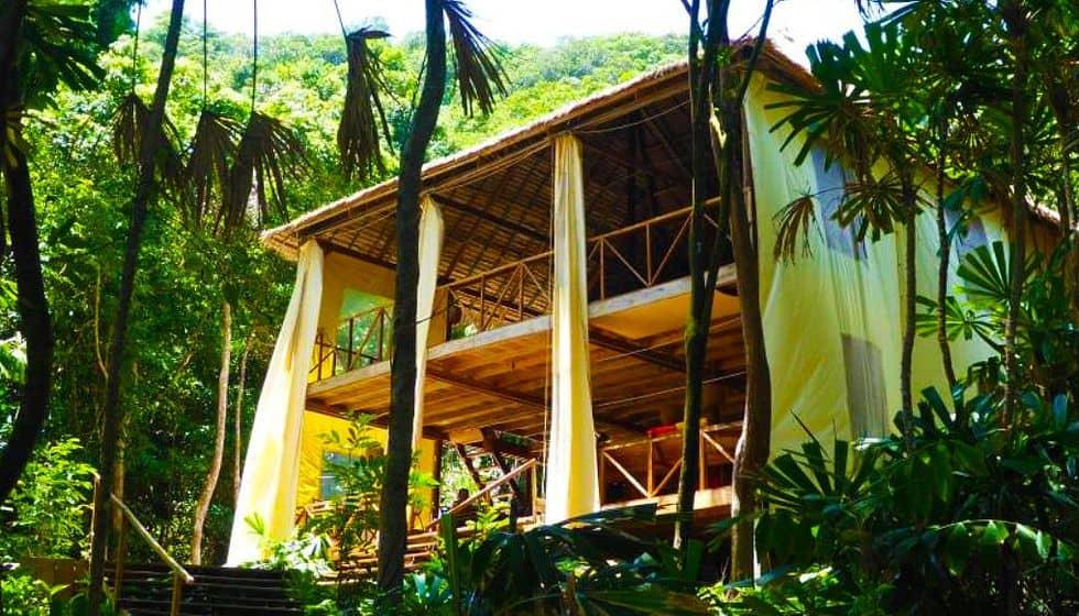 Resort Huba Huba ở bãi biển Robinson được xây dựng bởi 3 người Pháp.