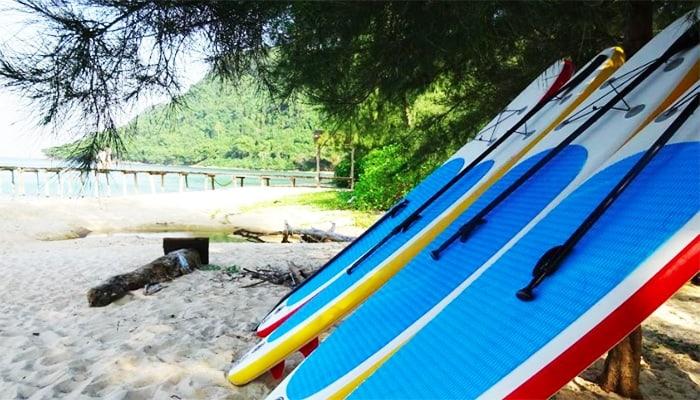 Chèo thuyền Kayak và Sup luôn được các bạn trẻ yêu thích ở bãi Robinson.
