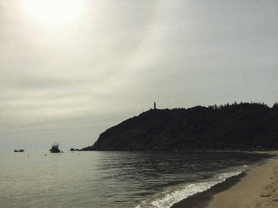 ngọn Hải đăng sừng sững nhìn từ hướng Bãi Môn