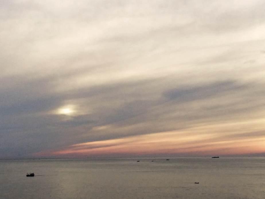 mặt trời lên rất nhanh, từ vài vệt cam loang trên biển thoáng chốc mặt trời đã lên cao