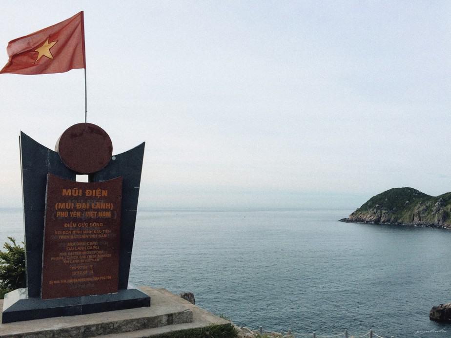 """dù đã khám phá ra Mũi Đôi, nhưng ở Mũi Điện vẫn còn tấm bia đá đánh dấu mốc """"điểm cực đông"""" và """"nơi đón bình minh đầu tiên trên đất liền Việt Nam"""""""