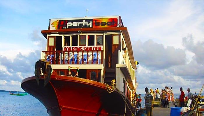 """""""Tàu tiêc tùng"""" đưa du khách từ Sihanoukville đến thiên đường Koh Rong Samloem cũng những hoạt động hấp dẫn đi kèm."""