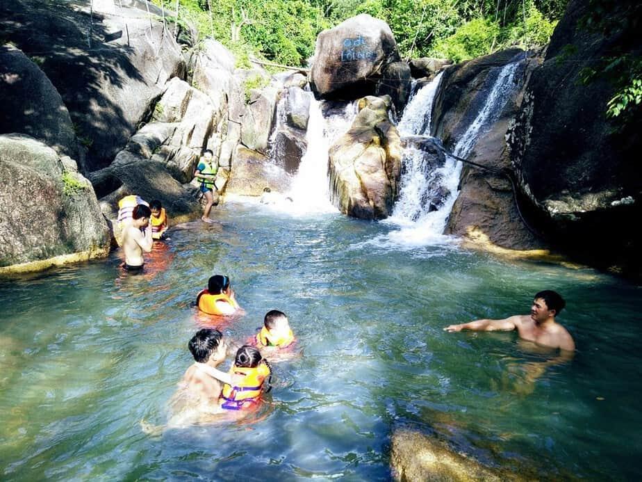 Du khách tắm thác ở Suối Đá Vũng Tàu