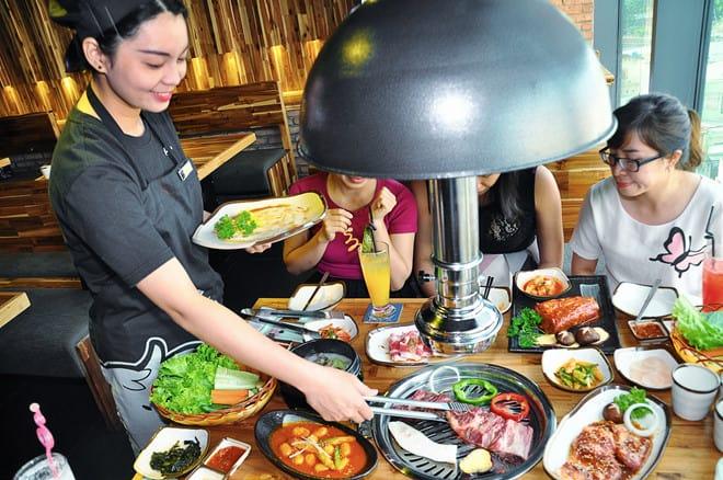 Phục vụ đồ ăn Hàn quốc được học sinh du lịch ưa thích