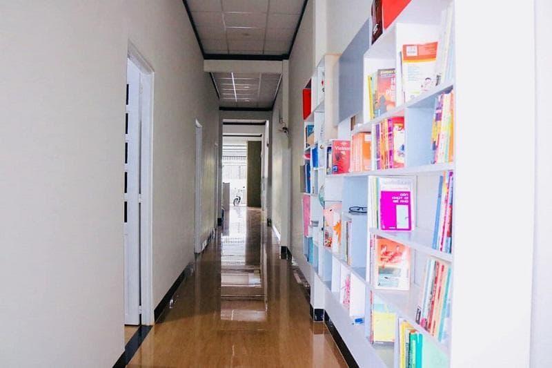 Còn là một không gian sách ấn tượng