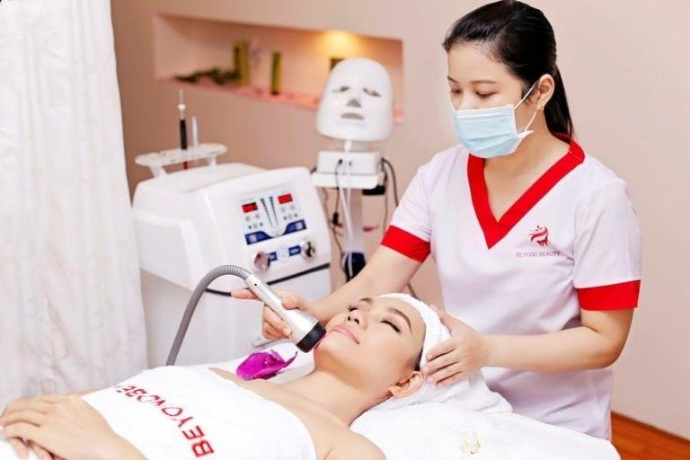 Nhân viên Beyond beauty Spa trị liệu cho khách hàng