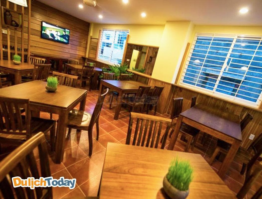 Phòng ăn của Tabalo rộng rãi với khung cửa sổ nhìn ra ngoài