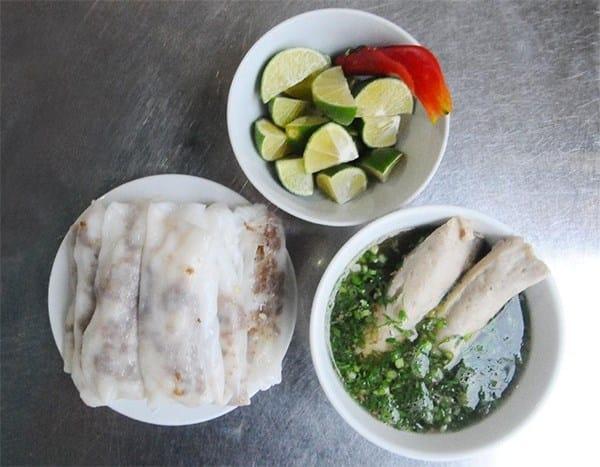 Bánh cuốn Cao Bằng không chấm bằng nước mắm mà dùng ninh xương rất thơm và ngọt