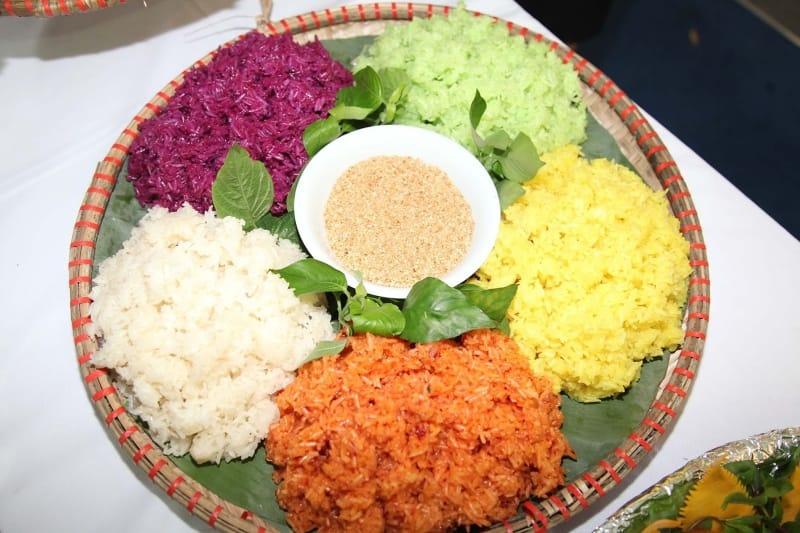 Văn hóa ẩm thực truyền thống của người Dao tại Mộc Châu thể hiện rõ nét qua hương vị của xôi ngũ sắc