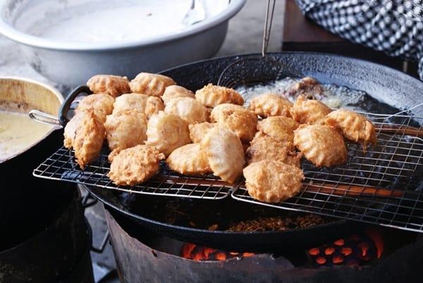 Vừa ngồi bên bếp lửa vừa thưởng thức hương vị bánh áp chao sẽ rất thú vị