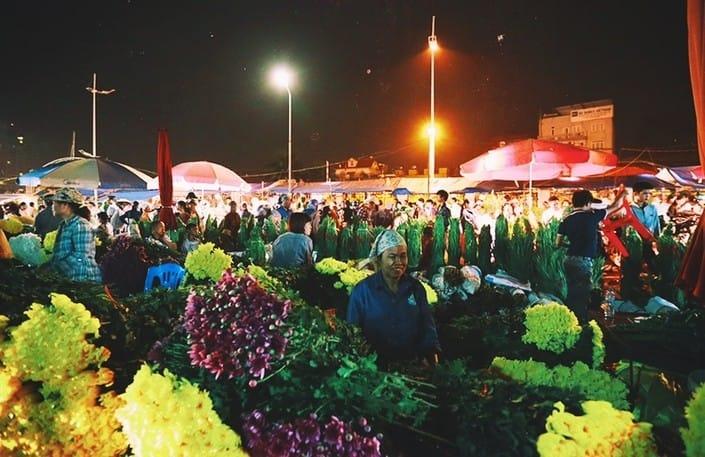 Chợ hoa Quảng Bá về đêm