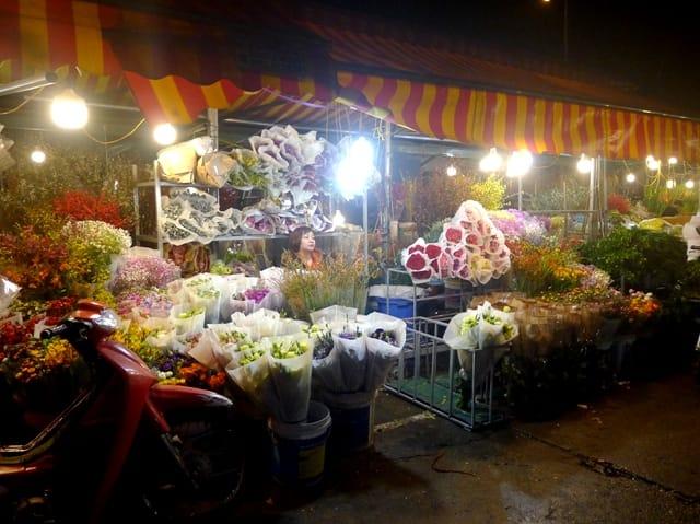 Chợ hoa Quảng Bá về sáng