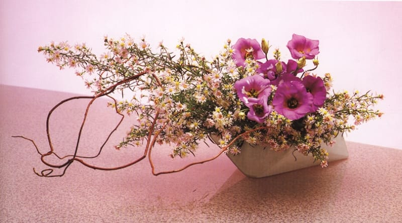 Hoa lụa nghệ thuật được trang trí rất nhẹ nhàng, tự nhiên