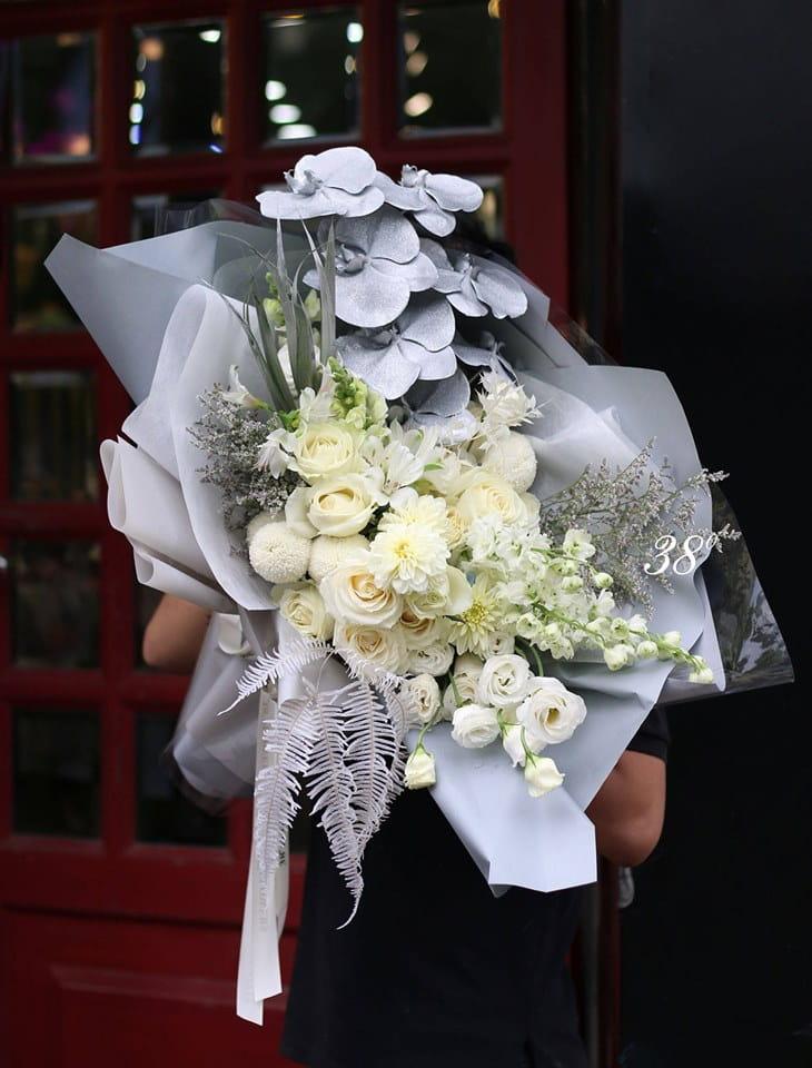 Không cần quá cầu kì với cách bó hoa, thế nhưng 38 Degree Flower vẫn khiến các khách hàng phải trầm trồ thán phục trước mỗi bó hoa khá đơn giản mà vẫn toát lên được vẻ đẹp kiêu sa vốn có của mỗi loài hoa