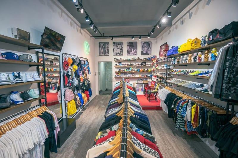 Không gian bên trong G-Lab, không những bán giày shop còn bán nhiều mặt hàng khác như: balo, áo, nón,...