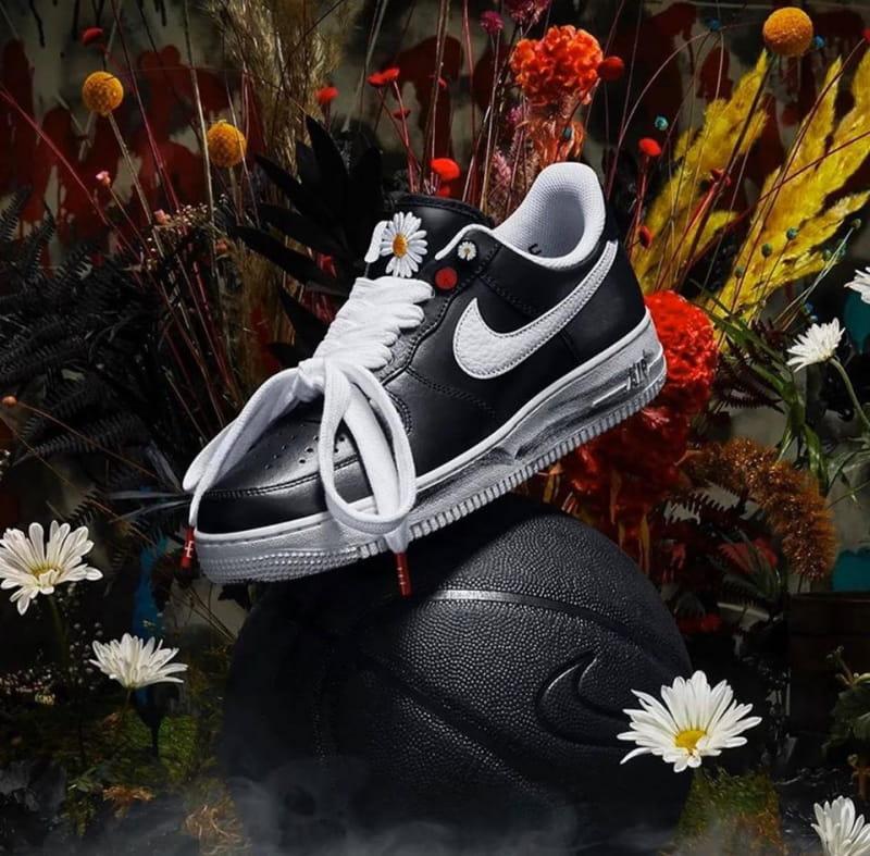 NIK.E AI.R FOR.CE 1 x GDRAGON là một đôi giày được tại bởi sự kết hợp của hãng NIKE và ca sĩ GDRAGON. Mặt hàng thu hút nhiều sự quan tâm trên thế giới, luôn trong tình trạng cháy hàng