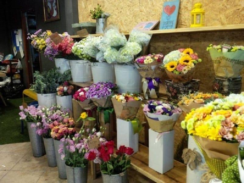 Shop hoa này hay dùng các loại hoa trong nước, cách bó cũng không cầu kỳ